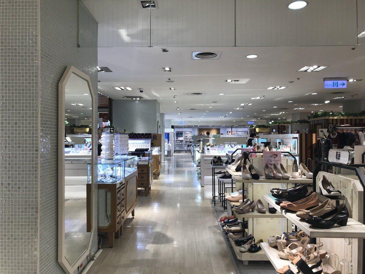 新光三越台北站前店改裝,把一樓女鞋移至二樓,與服飾有更契合的搭配。記者江佩君/攝...