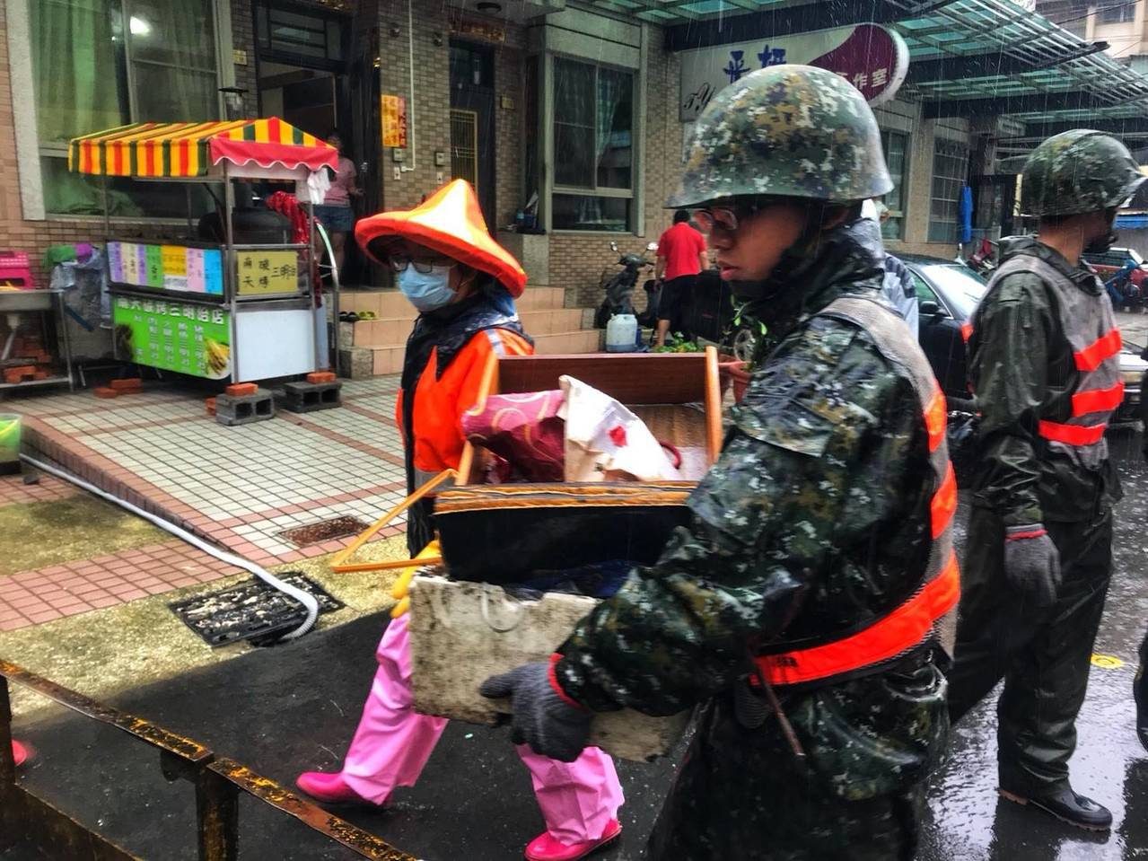 積水消退後,國軍弟兄協助災民清理家園。圖/陸軍八軍團提供