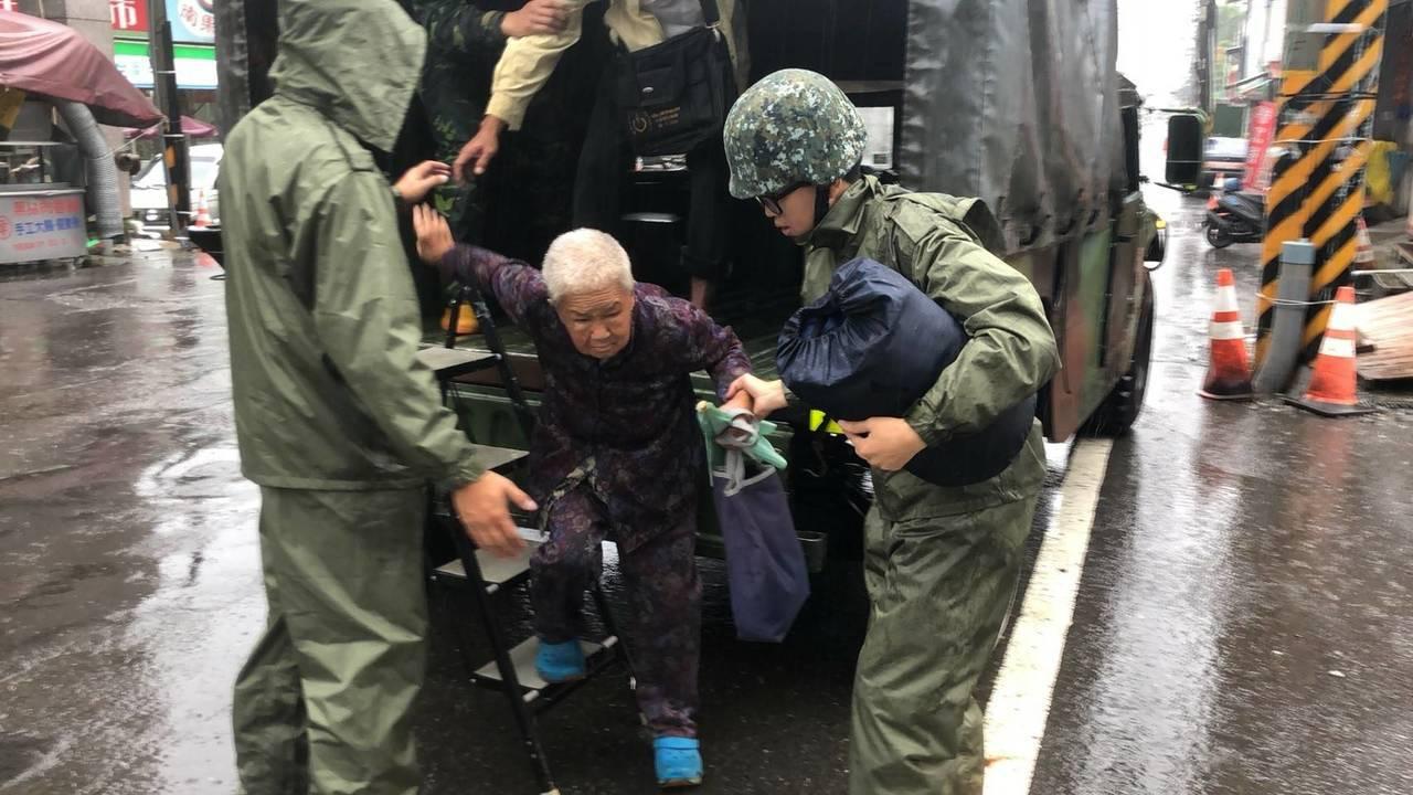 國軍進駐山區協助撤離土石流潛勢區居民前往避難中心。圖/陸軍八軍團提供