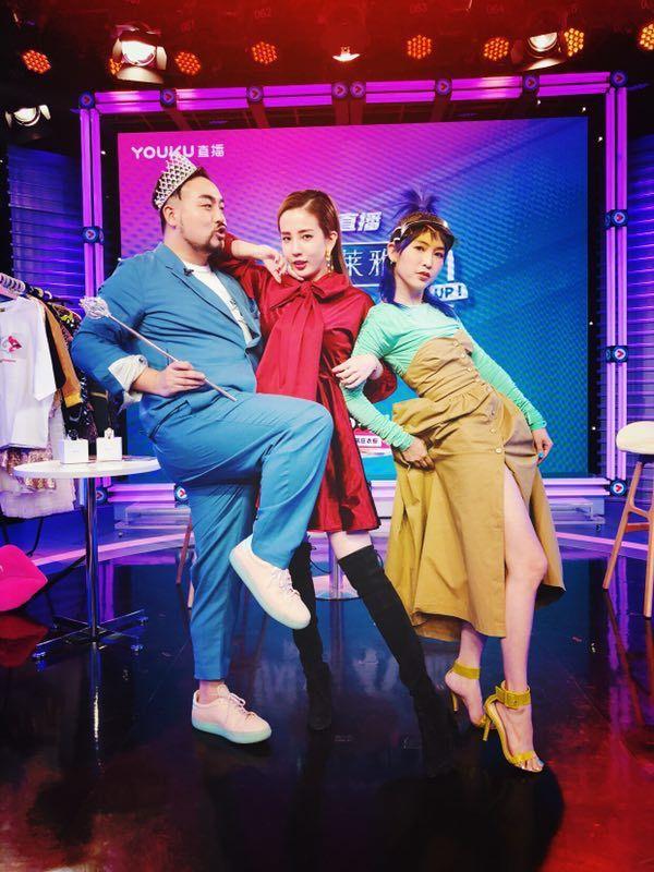 張艾亞(右)在大陸時尚節目「瘋狂衣櫥」擔任固定班底。圖/張艾亞提供