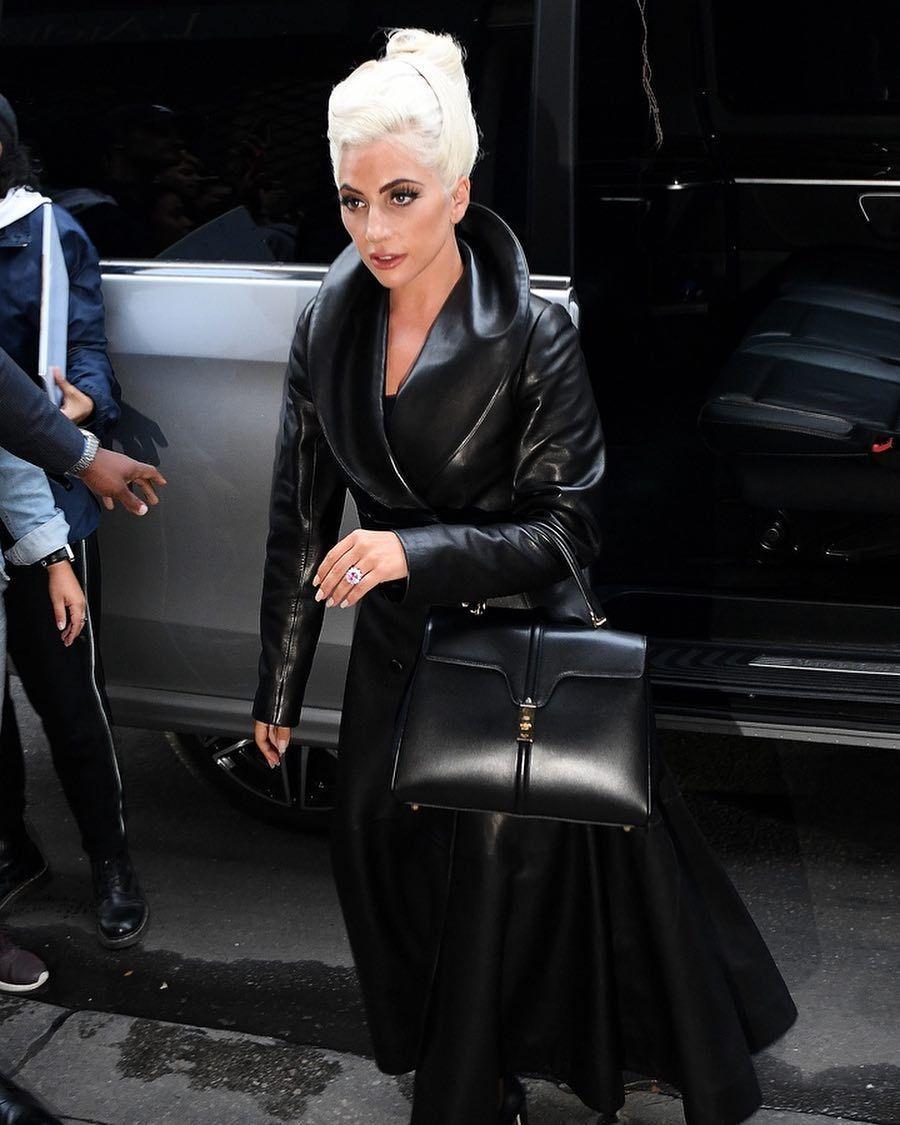 Lady Gaga拎著Hedi的CÉLINE首作前去布萊德利庫柏家拜訪。圖/取自...