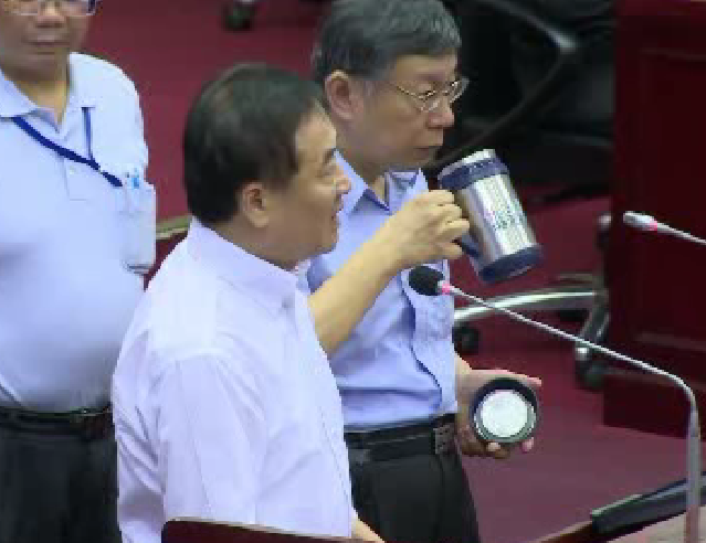 台北市議員簡舒培下午在議會總質詢,懷疑第一果菜市場新版改建案擋人財路,以致北農總...