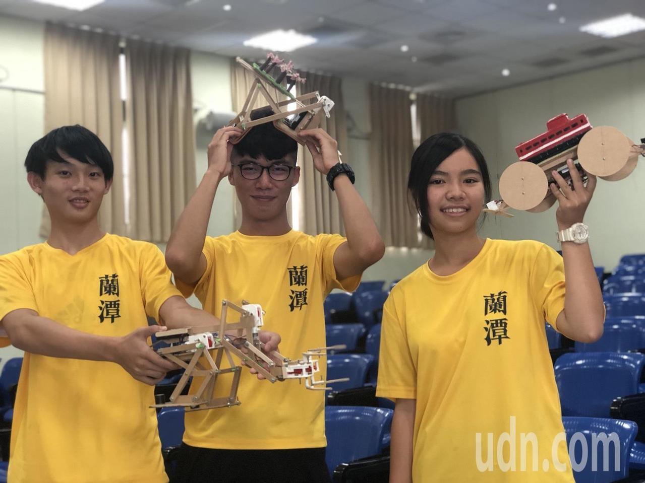 嘉義市蘭潭國中科技隊是比賽常勝軍,學生鄭旭佑、陳玟卉、蕭宇軒(由左至右)拿著和夥...