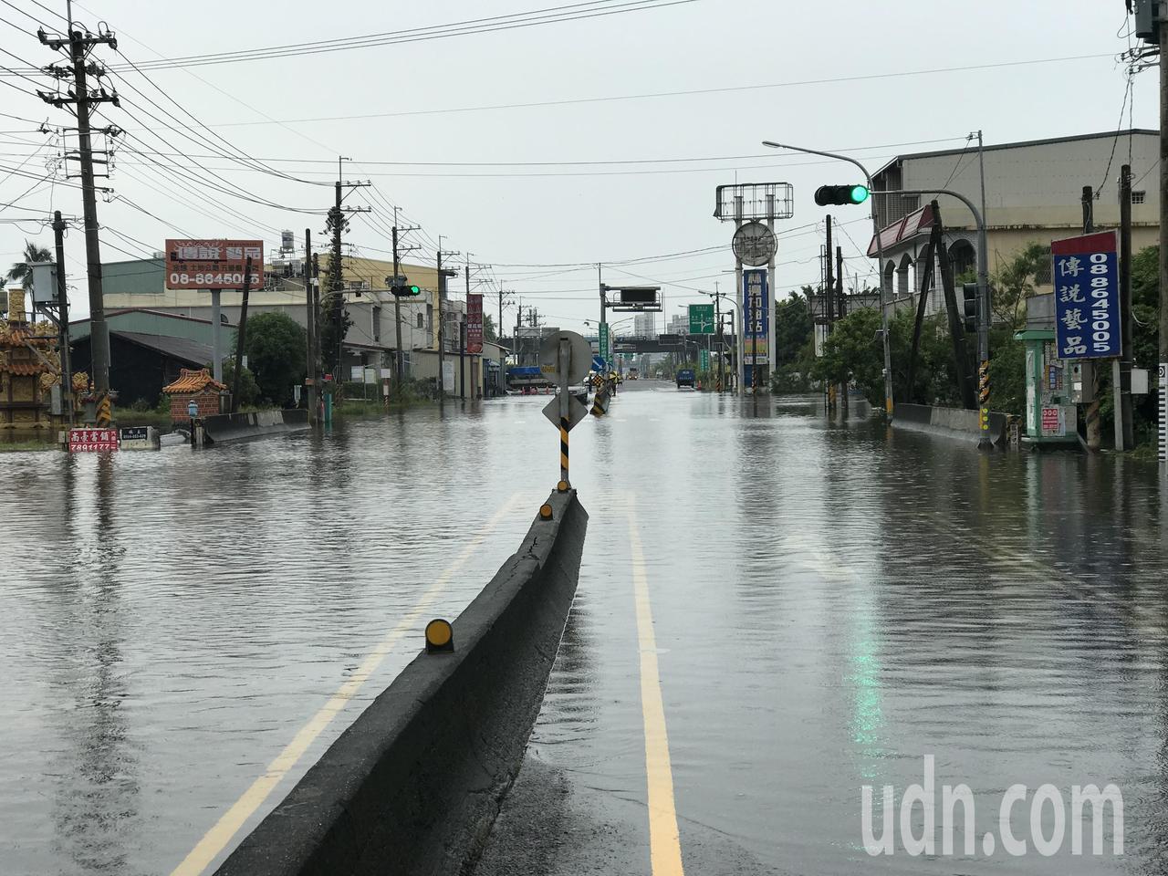 台17線林邊嗂仔口橋路段今天已連續第4天淹水雙向封閉。記者蔣繼平/攝影