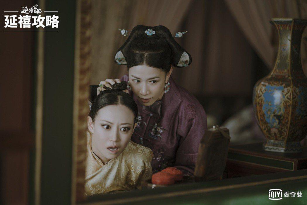 佘詩曼(右)劇中親手解決死敵「高貴妃(譚卓飾)」。圖/愛奇藝台灣站提供