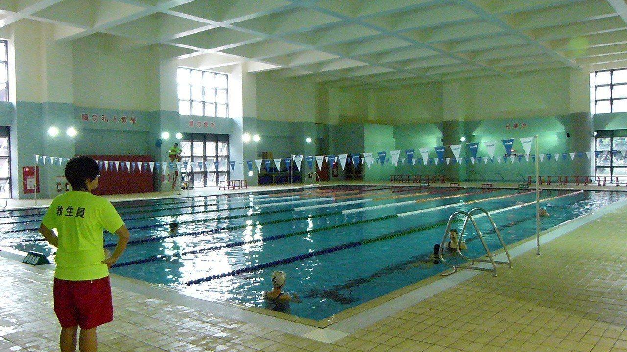 游泳池在試營運期間會定時清場以維護品質。記者鄭國樑/攝影