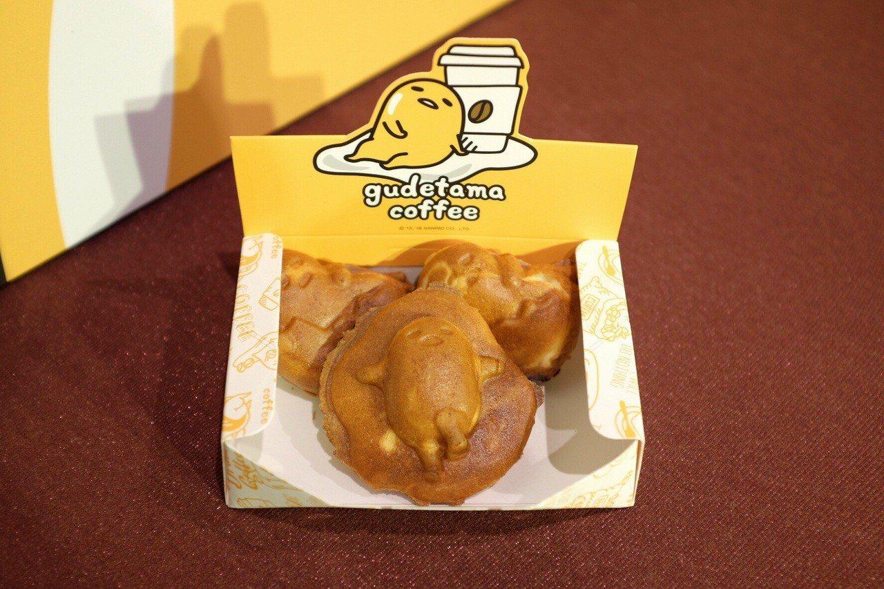 現場有蛋黃哥雞蛋燒、人形燒現做攤車,3入售價99元。記者沈佩臻/攝影