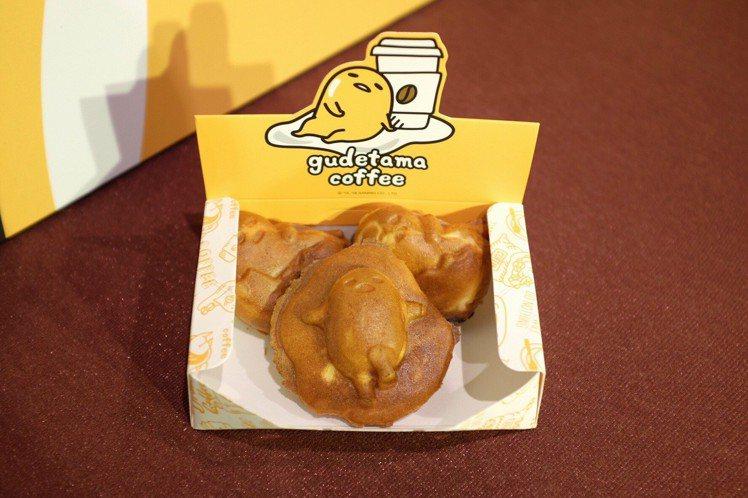 現場有蛋黃哥雞蛋燒、人形燒現做攤車,3入售價99元。圖/記者沈佩臻攝影