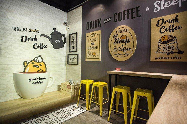 左側蛋黃哥寶座成為人氣拍照區。圖/蛋黃哥不想上班咖啡廳提供