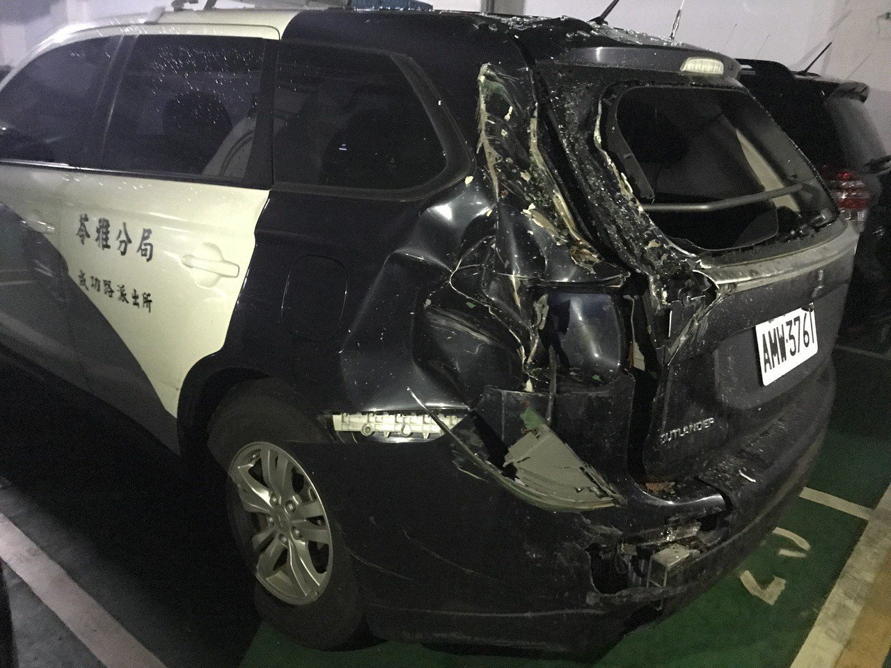 高市苓雅警分局成功路派出所員警今下午前往楠梓靶場訓練途中,遭後方槽車撞上,車子左...