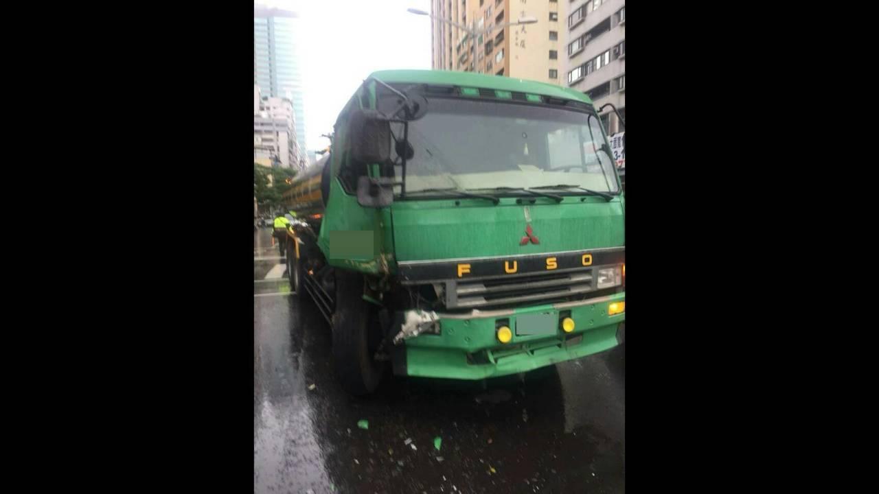 槽車撞上警車。記者劉星君/翻攝
