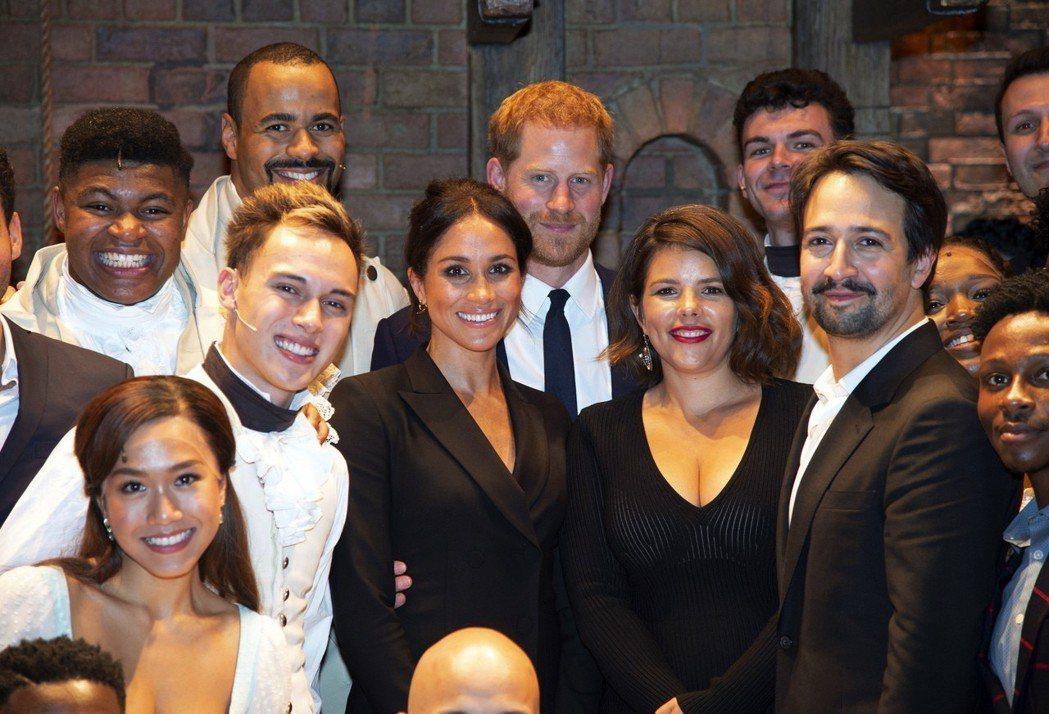 梅根與哈利和「漢彌爾頓」原創者林曼紐米蘭達(中排右)、演員們歡喜相會。圖/美聯社