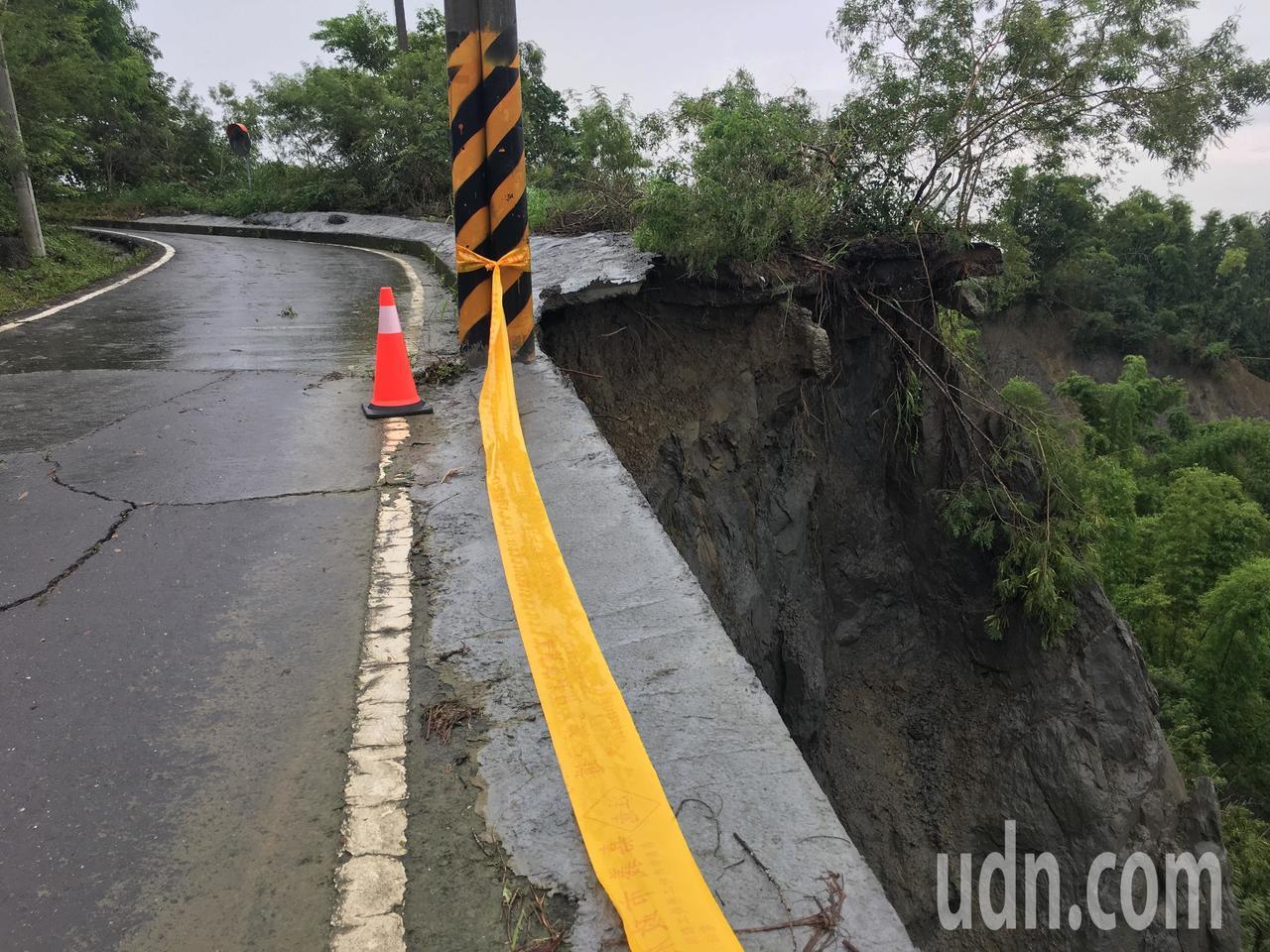 台南市左鎮區南162道路多處坍方土石流失。記者吳淑玲/攝影