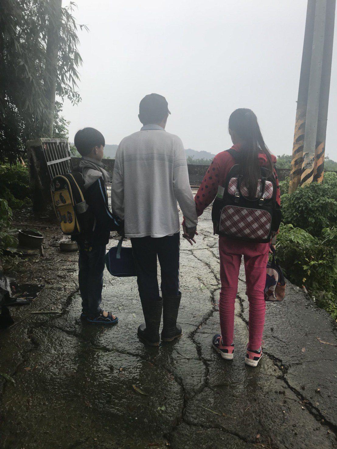 台南市左鎮國小林姓姐弟因聯外南162道路坍方,開學日無法去上學。記者吳淑玲/攝影