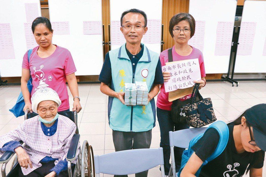 陳永和(中)帶著200萬現金到台南市選委會登記參選台南市長。 圖/聯合報系資料照...
