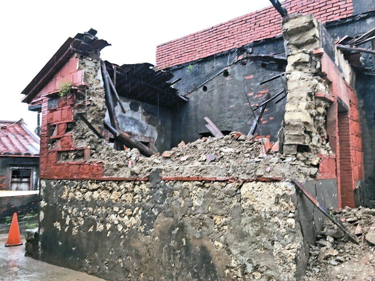 不敵連日豪雨,高市林園區黃家百年古厝有5棟昨出現倒塌,警方現場拉起封鎖線管制。 ...