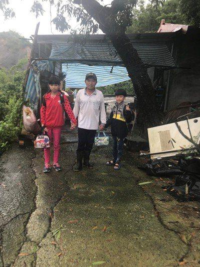 昨天開學日,台南市左鎮國小林姓姊弟原本開心要去學校,因山區道路坍方交通車無法進入...