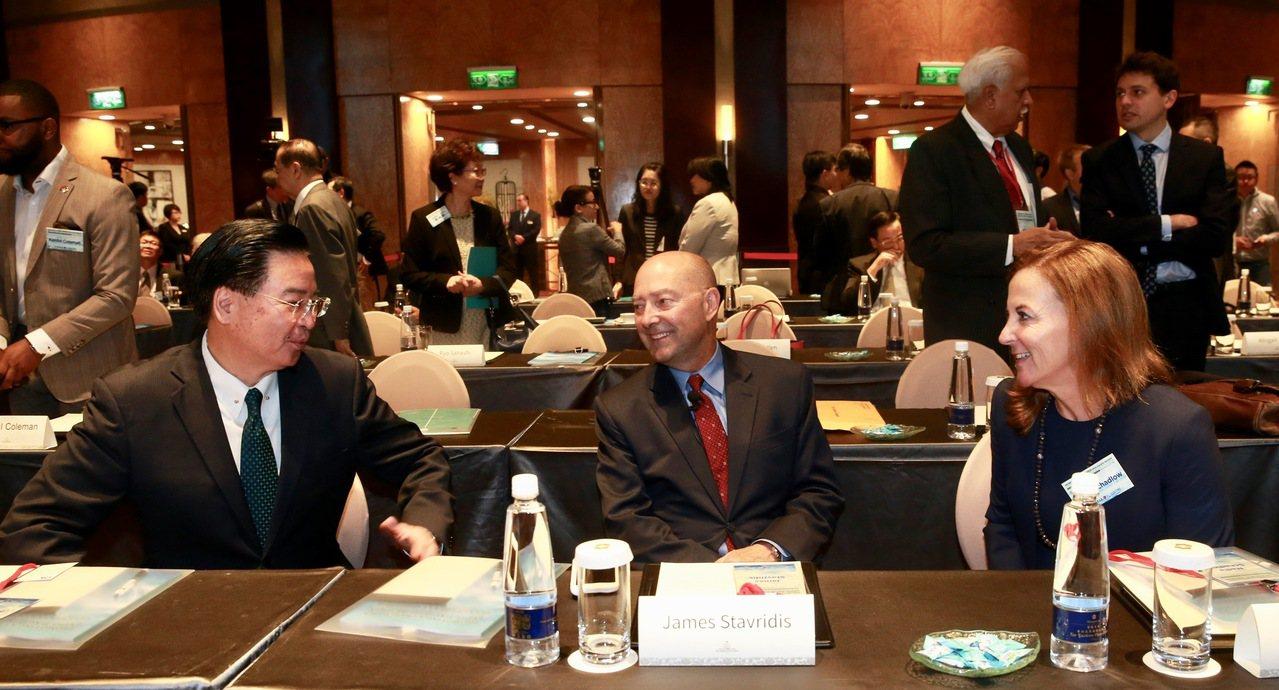 台美日三方合作昨天舉行「2018印太安全對話」,外交部長吳釗燮(左起)、北約盟軍...