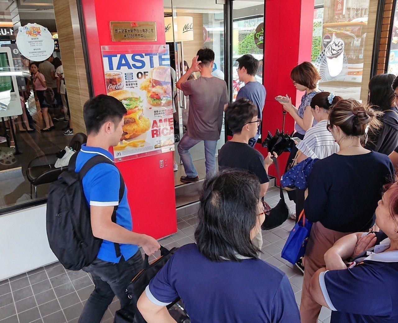 麥當勞推出大麥克買一送一,民眾排隊排到門口。記者鄭清元/攝影