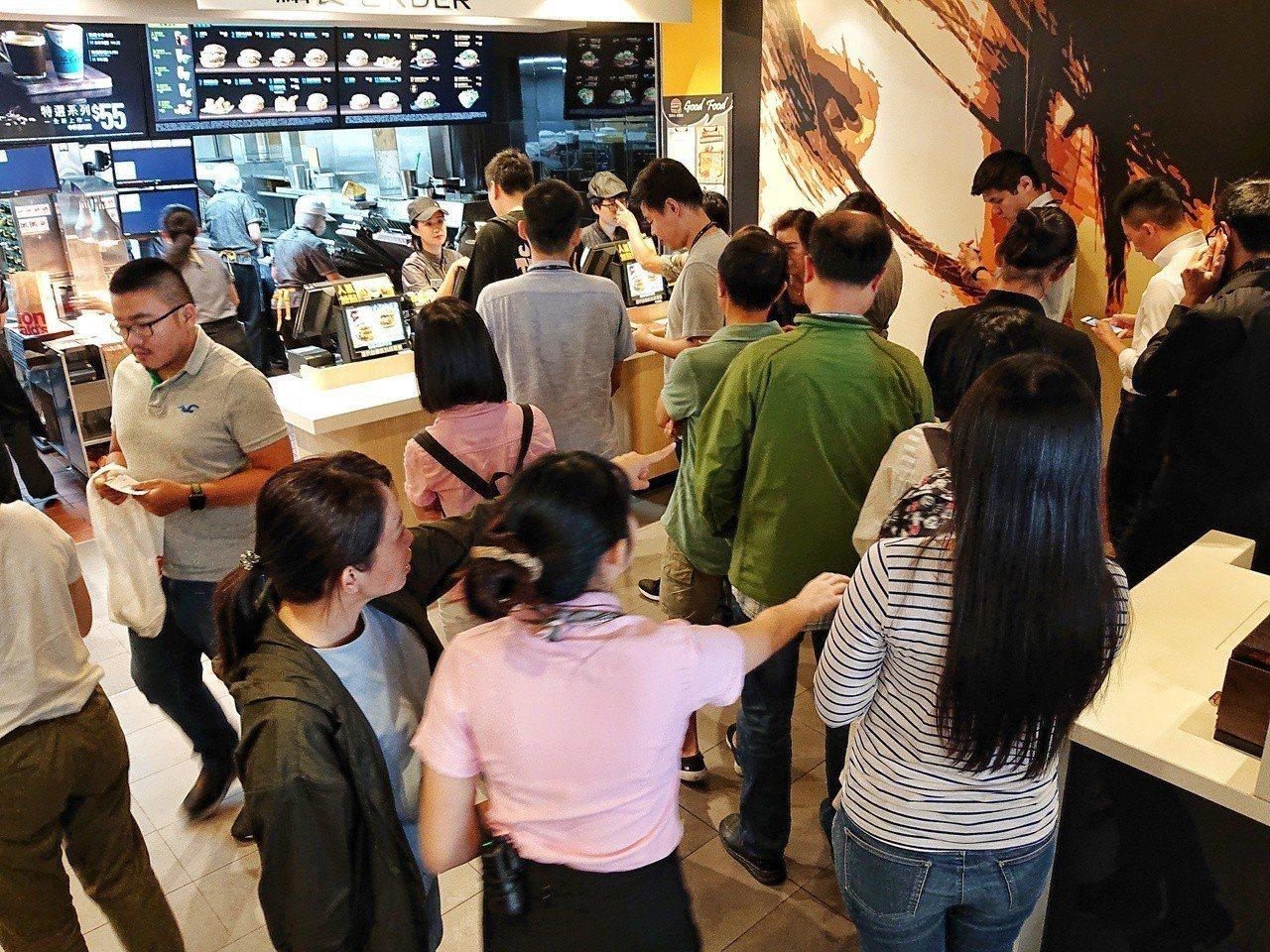 麥當勞大排長龍。記者鄭清元/攝影