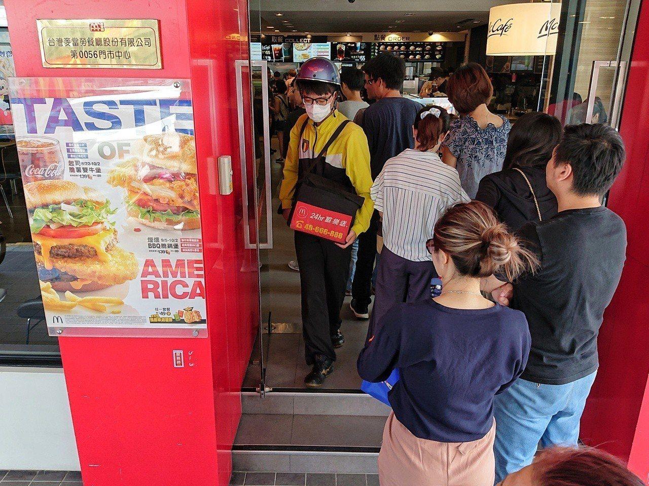 麥當勞推出大麥克買一送一,民眾排隊排到門口。記者鄭清元/攝影 鄭清元