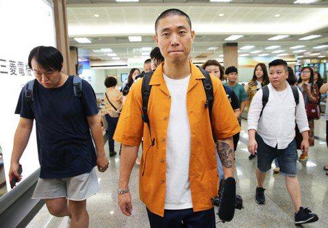 前「Running Man」主持班底Gary今天來台,首度體驗搭國內線直飛台東。他今天在松山機場內轉機換乘,自己一手打理行李和登機手續,不忘親切幫接機粉絲簽名。驚人的是他全程以中文對答,還請記者推薦...