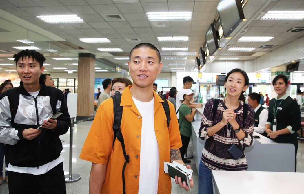 韓星Gary搭機從首爾抵達松山機場,隨即轉搭國內航班前往台東,挑戰在一小時內入境...