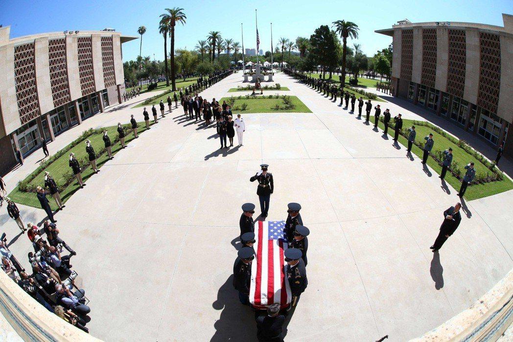 亞歷桑那州議會29日為馬侃舉行追悼儀式,國民警衛隊扛著馬侃靈柩,準備進入議會大廈...