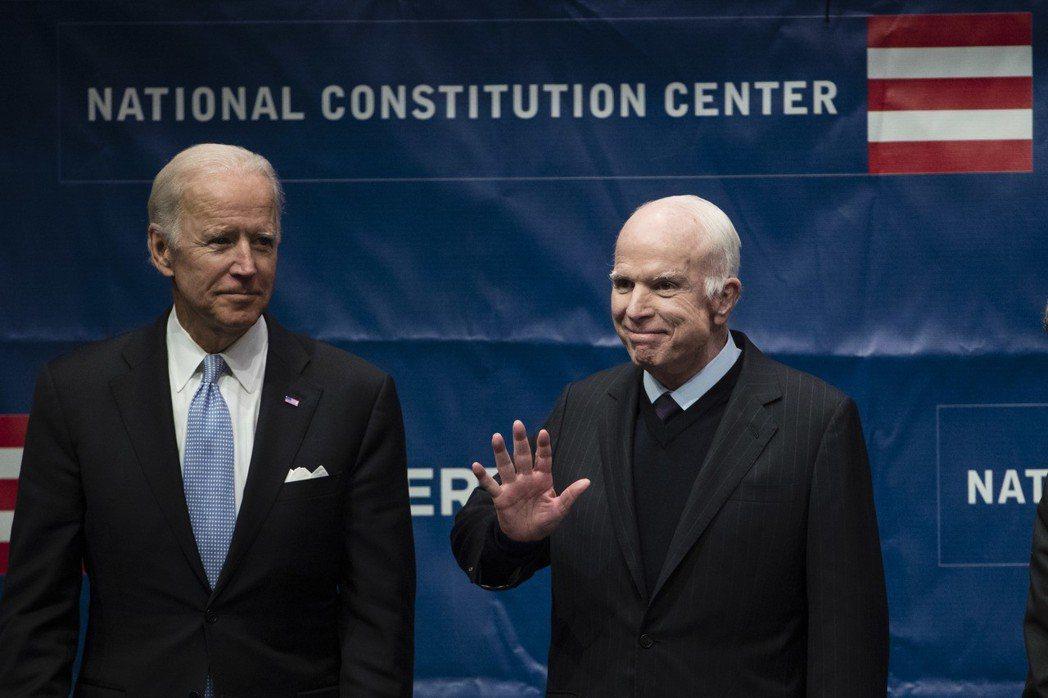 2017年10月,馬侃(右)與美國前副總統拜登於費城一起站在舞台上。馬侃正準備接...