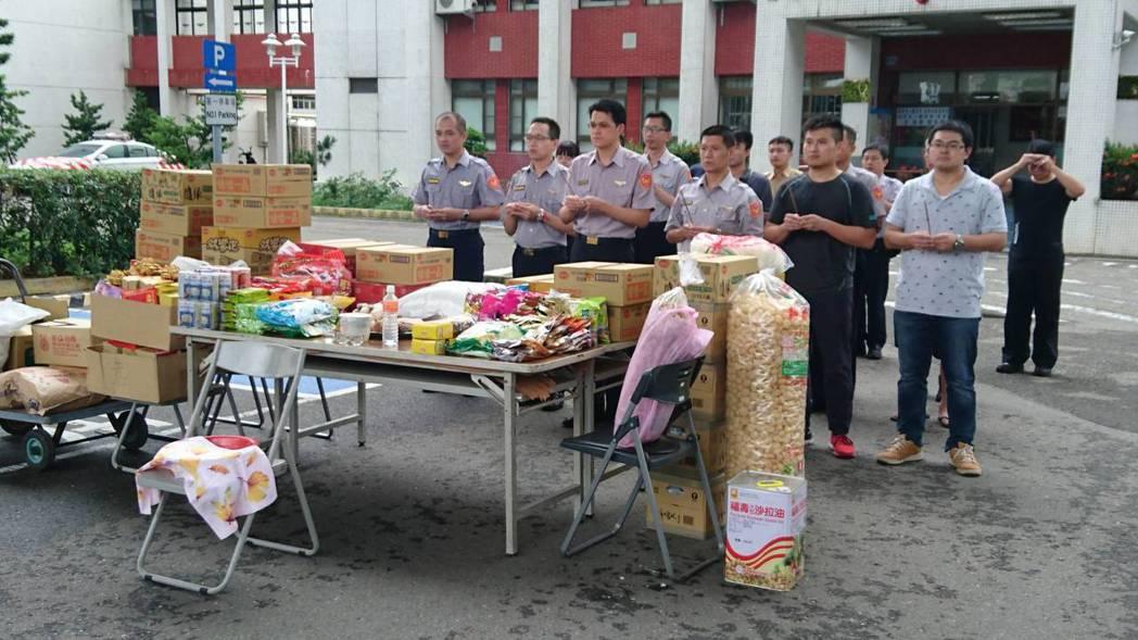 國道七隊準備豐盛祭品,中元普度好兄弟,祈求轄線及員警執勤平安。 圖/警方提供