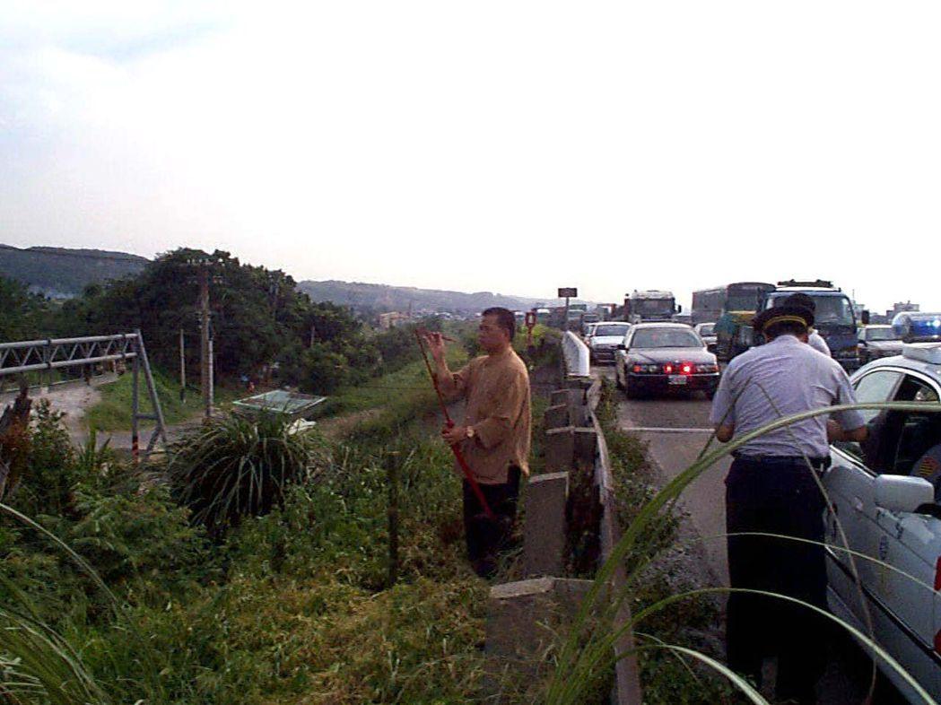 國道一號楊梅至頭份段拓寬工程完工前,曾2個月內車禍死亡12人,國道警方專程請法師...