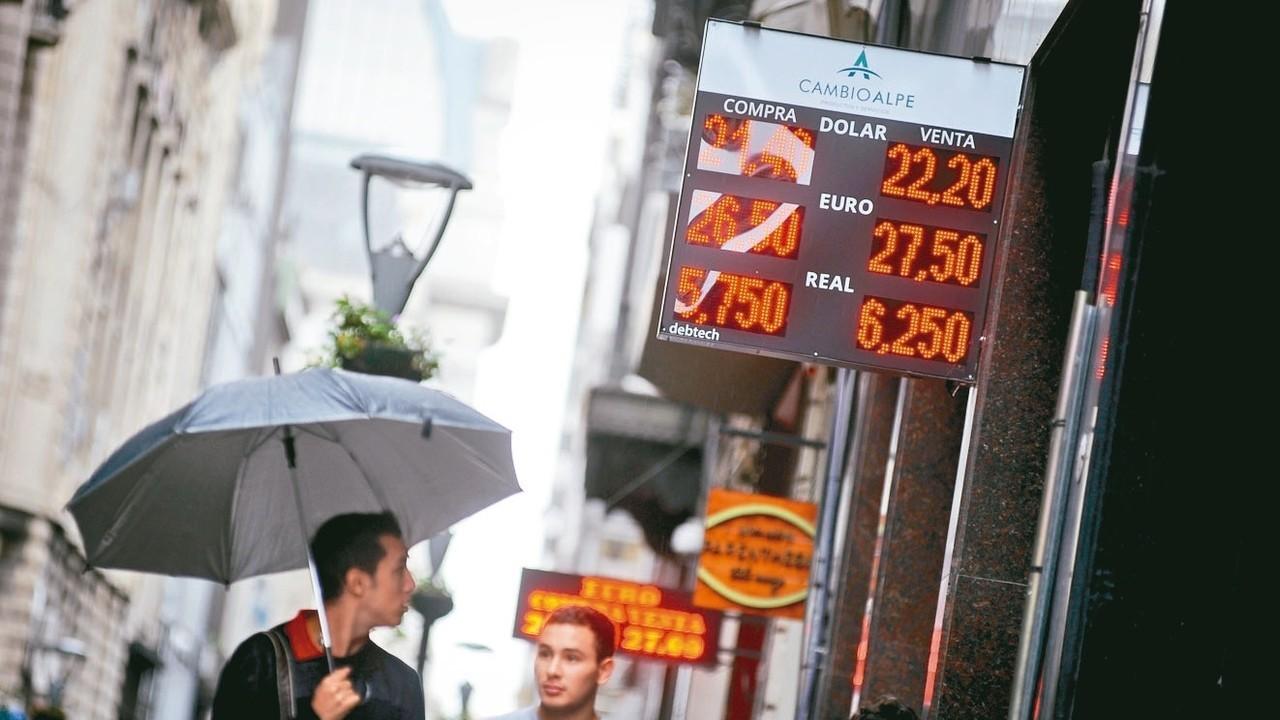 阿根廷披索重貶對新興市場貨幣造成壓力。 美聯社