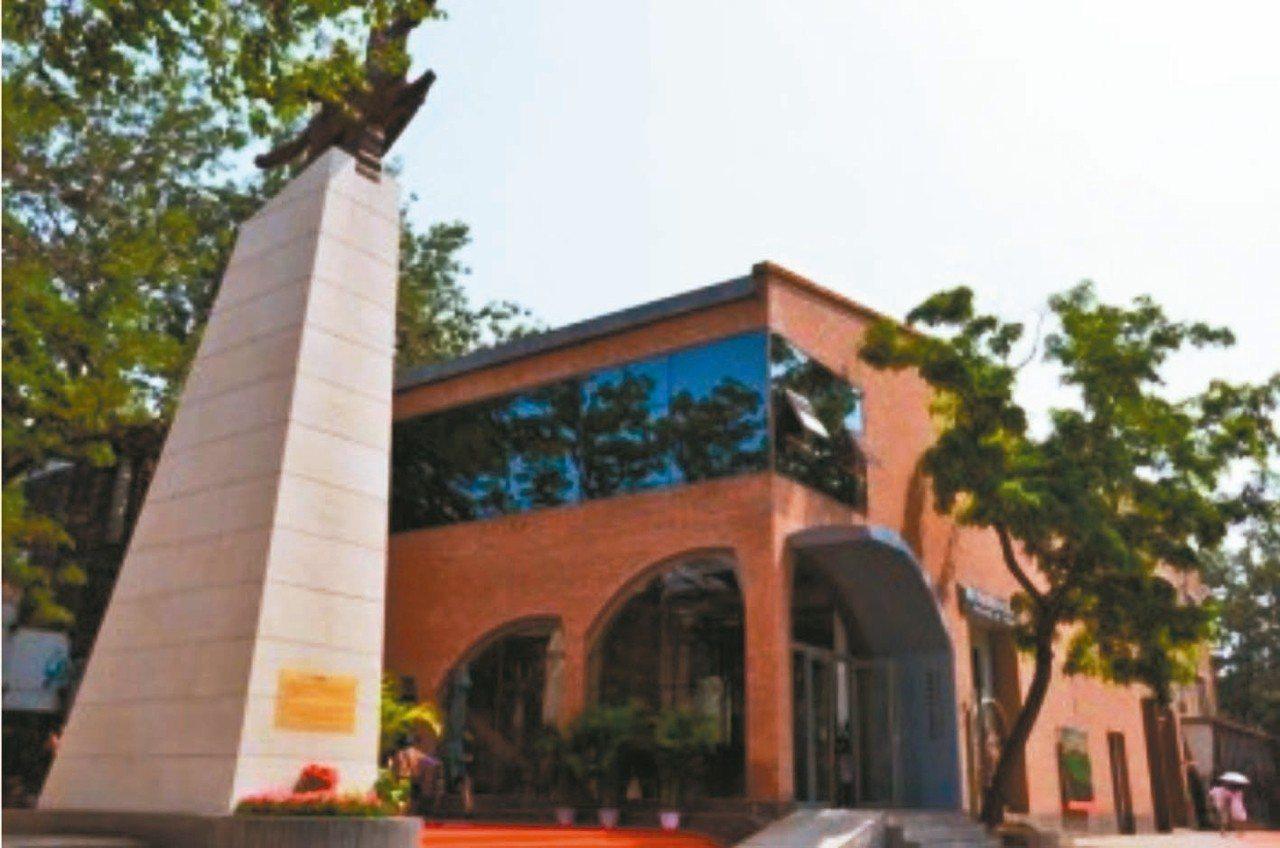 北韓在北京798藝術區設立「北韓萬壽臺創作社美術館」(見圖),官網販售許多北韓藝...