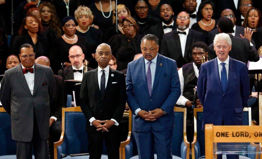 艾瑞莎弗蘭克林葬禮31日在底特律舉行,前總統克林頓(右一)、民權運動領袖傑西傑克