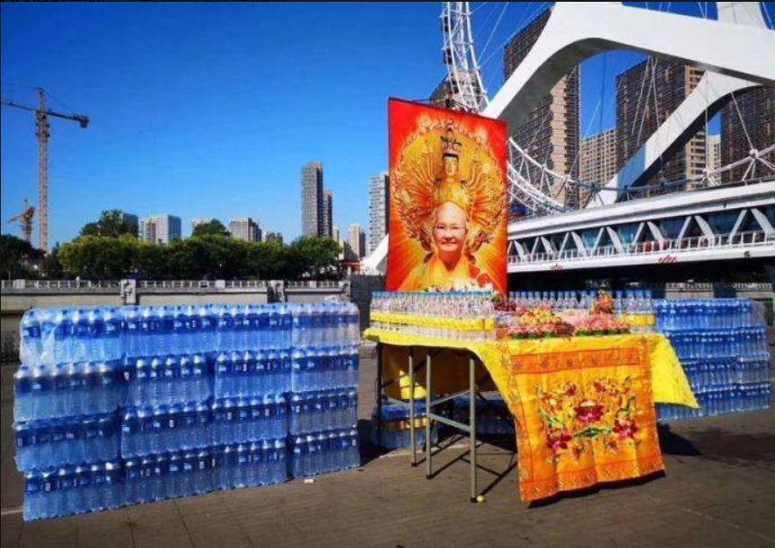 台灣的宗教團體到天津弘法,進行放生「礦泉水」儀式,讓眾人看傻眼。圖擷自爆料公...