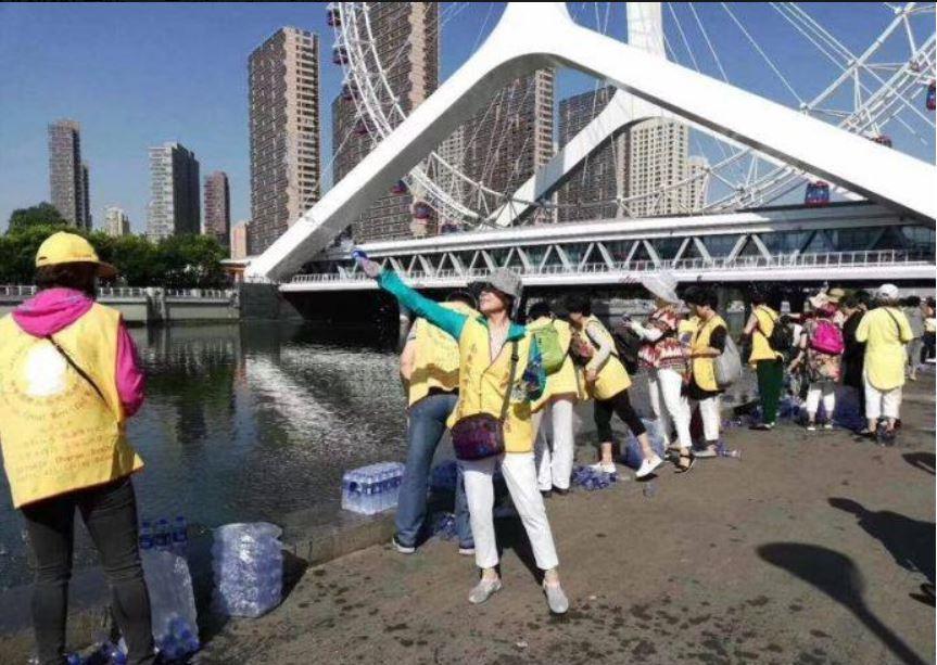 信徒將一罐罐礦泉水打開,紛紛倒進河中。圖擷自爆料公社