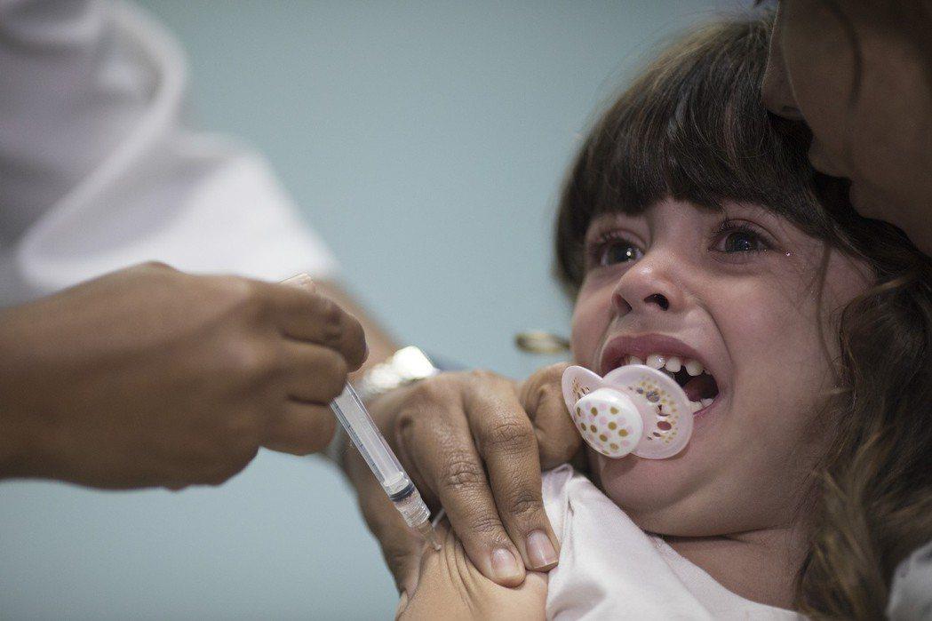 麻疹病毒傳染力極高,透過空氣、口沫即可傳播,現今仍是全世界幼兒死亡的主因之一。圖...