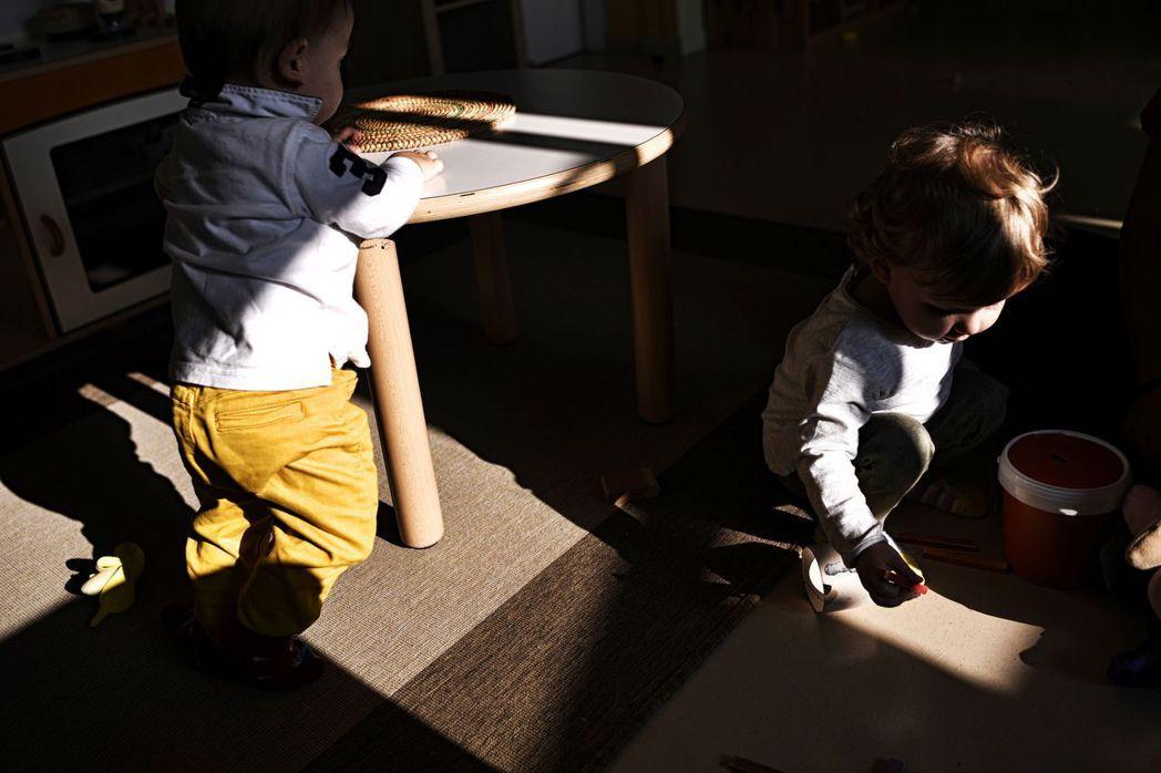 義大利現行疫苗法規定:學齡前兒童若要註冊公立托兒所或幼稚園,須出示10種疫苗的接...