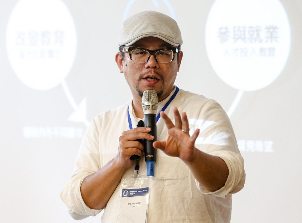 雜學校創辦人蘇仰志以「教育創新經濟」為題發表演講。 記者鄭清元/攝影