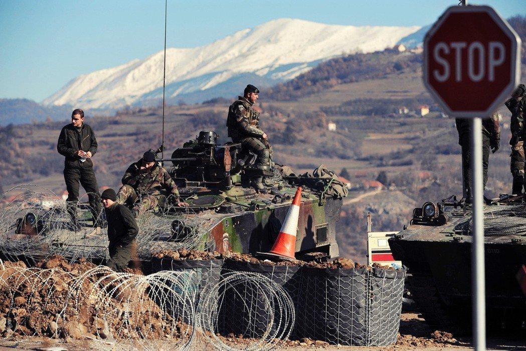 宿命死敵的科索沃及塞爾維亞,日前聯袂拋出「邊界修正」的爭議議題。圖為兩國邊界上的...