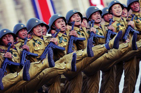 「國旗在飛揚~聲威豪壯(?)」在一片兩韓和解的聲浪中,2018年9月9日北韓又要...