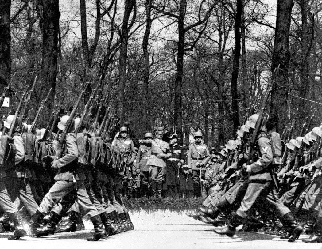希特勒也是閱兵與正步行軍的愛好者,他認為踢正步有助於提振軍民士氣與秩序感;但納粹...