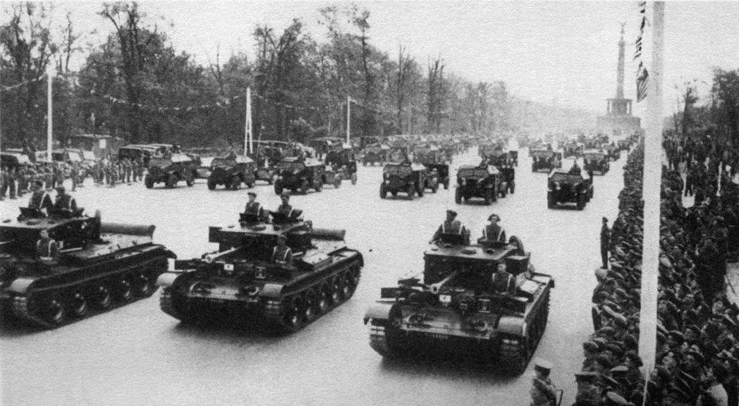 不僅納粹德軍愛閱兵,1945年7月與9月,英軍與盟軍(英美蘇)還分別在「戰敗國首...