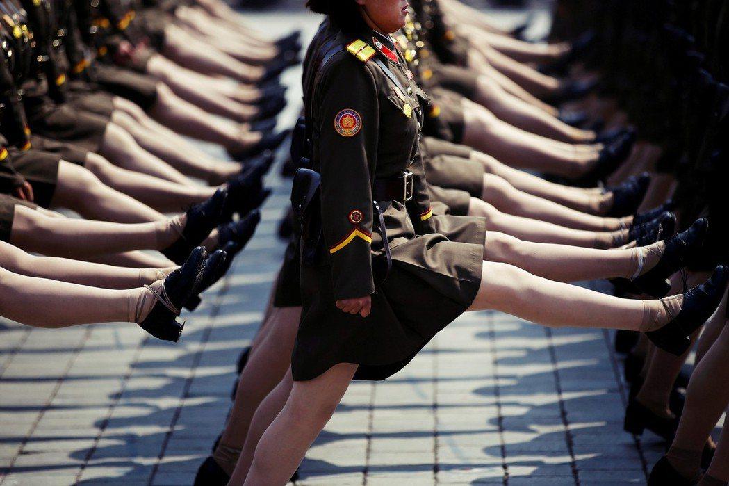 但除了武器之外,北韓士兵完全違反人體工學,那上半身少晃動,步伐又快又大又高的「正...