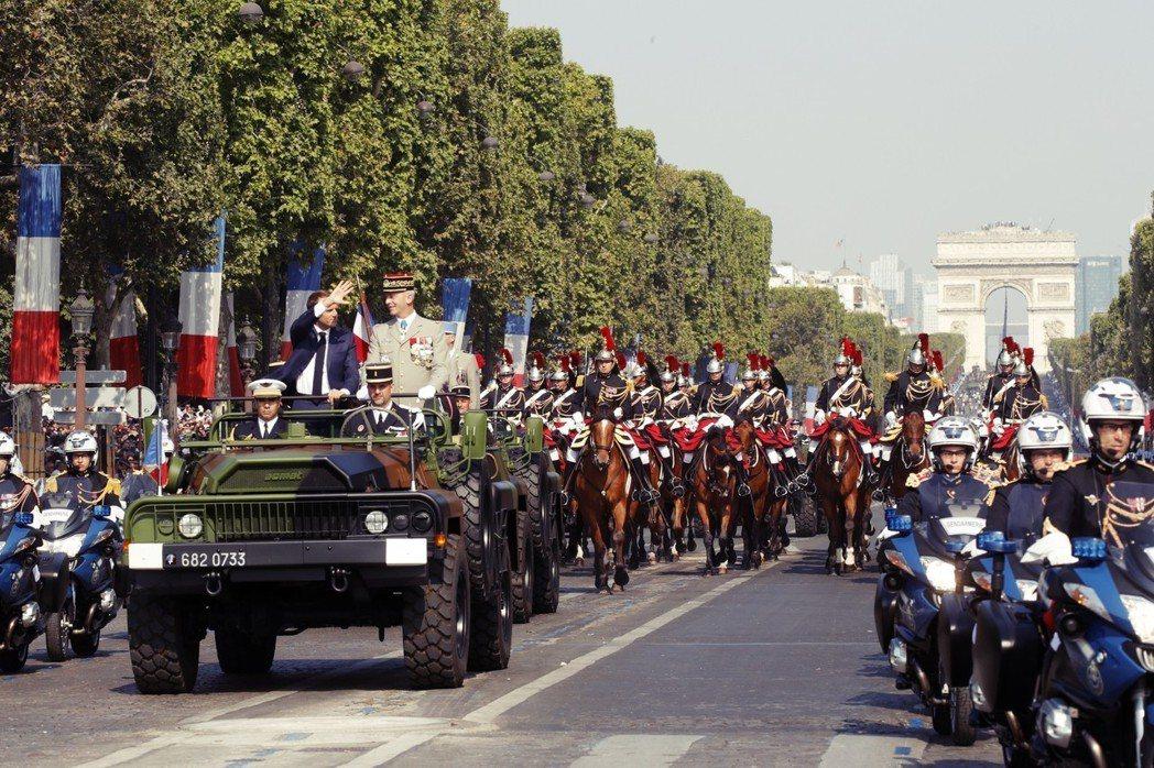 在西方國家,目前只有法國,有每年「巴士底日」舉辦大規模閱兵的傳統。部隊會從凱旋門...