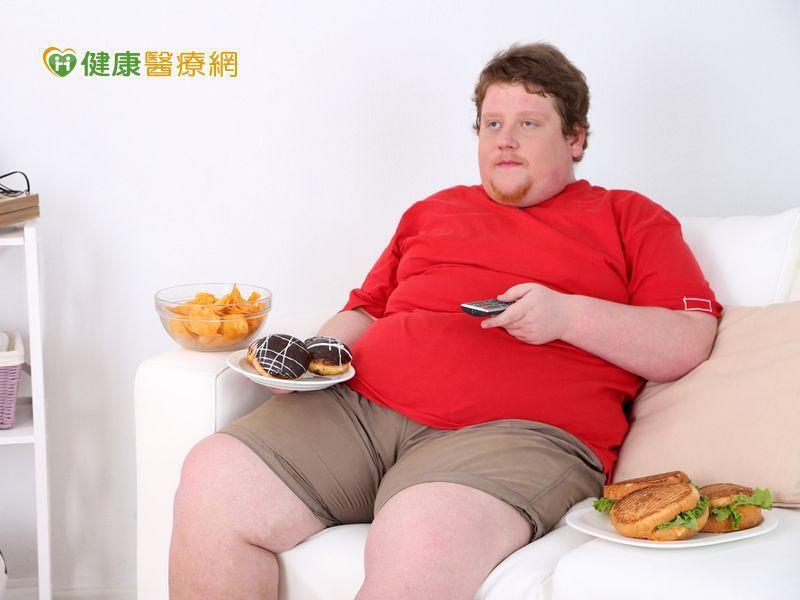 拿起遙控選擇頻道,窩在舒適沙發看電視是許多男士的居家休閒活動。