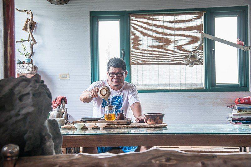 閒暇時歐爸也會和有緣人泡茶聊天。  攝影|行遍天下