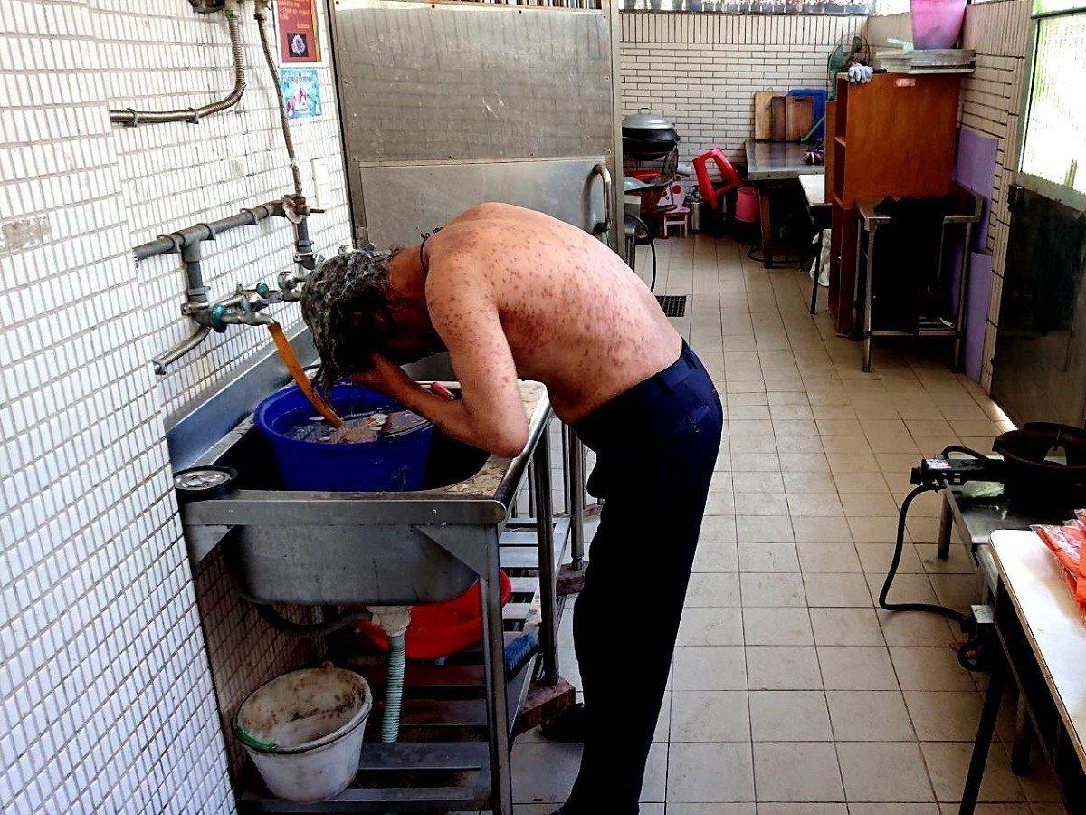 瑞芳吉安里長謝永昌長期關懷弱勢,親自監督街友洗了三次澡,還帶去理髮,希望能改善他...