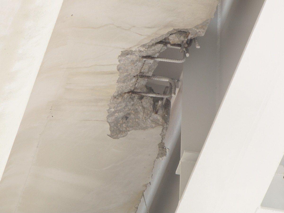 淡海輕軌的高架車站露出鋼筋,捷運局表示,為使鋼樑翼板與水泥結構定位接合,將接合處...