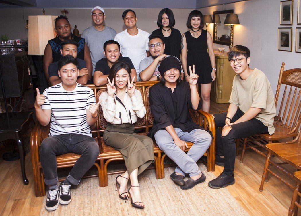 蔡健雅(前排左二)領軍學員參加9月9日的音樂派對。圖/富邦金控提供